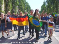 Brasilianische Fans feiern gemeinsam mit Fans der Deutschen Mannschaft