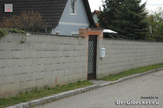 Der Verdächtige behauptete als er um 04:10 Uhr beim Verlassen dieses Grundstückes beobachtet wurde, daß er Reklame austeilen wollte - der Postkasten befindet sich allerdings neben der Eingangstüre! | Foto: DerGloeckel.eu