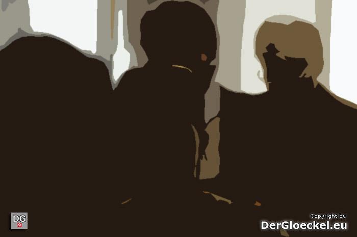 Die verurteilten Straftäter mit ihren Juristen im Gerichtssaal des LG Korneuburg | Graphik: [M] DerGloeckel.eu