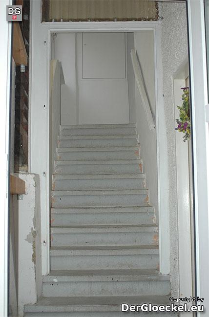 Die Eingangstüre zur Wohnung der Mieterin wurde demontiert - angeblich zur Reinigung | Foto: DerGloeckel.eu